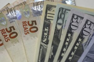 Dólar abre em alta contra real de olho em Davos